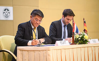 Mr. Kodshayut Boriboonchatuporn, Deputy Governor-Powerplant Development of EGAT (left) and Mr. Tim Mahler, Project Director of RAC NAMA, GIZ Thailand (right) signed Financing Agreement between the two parties on 20 December 2017 in Bangkok. Copyright: GIZ Thailand/Tonkla Pairoh.